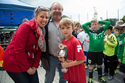 Siegerpokal für VfB Frohnhausen F1: Julia Jankovic, Benno Justfelder vom SPD-Ortsverein H´hausen. - (F.: r.f.).