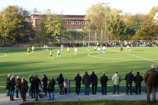 28.10.2012: Gegengerade. 1. Mannschaft - SpVgg. Sterkrade 06/07 (Foto: mal).