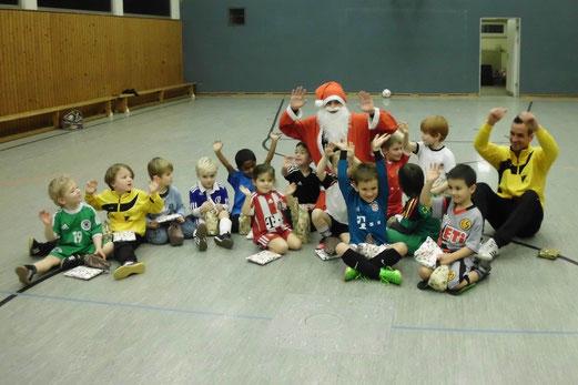 TuS Bambini 2 mit ihren Trainern. - (Foto: p.a.).