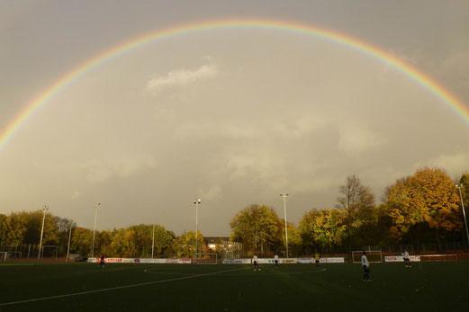70 Minuten Dauerregen, ein Regenbogen und keine Punkte: TuS B1 heute an der Kuhlhoffstraße (Foto: mal).