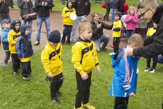 Bambini 2 - Turnier: Medaillen für Alle. Der Bergerhauser Dauerregen störte am Ende keinen mehr. - (Foto: d.ei.).