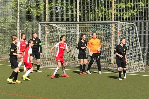 TuS U13 Juniorinnen im Spiel bei Rot-Weiss Essen. - Fotos: cbra.