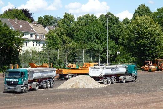 30.07.2012: Die Kipper kippen (Foto: mal).