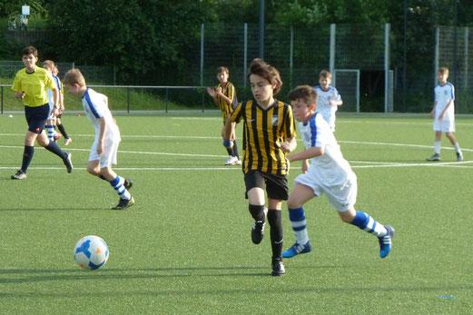 TuS D2-Jugend vor und im Spiel gegen SG Kupferdreh-Byfang D2. - Fotos: mal.
