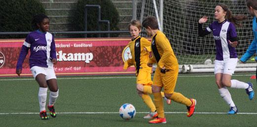 TuS D2-Jugend im Heimspiel gegen die D3 der SG Schönebeck (U13 Juniorinnen). - Fotos: p.d.