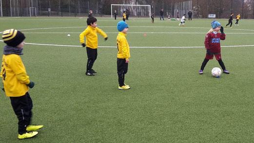 TuS Bambini 1 im Spiel gegen die Bambini des SV Borbeck. - Fotos: tisa.