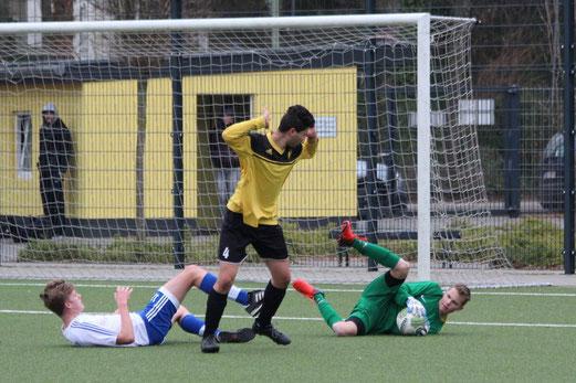 TuS B-Jugend im Spiel gegen die B2 von Blau-Weiß Mintard. - Fotos: abo (1-3), mal (4-5).