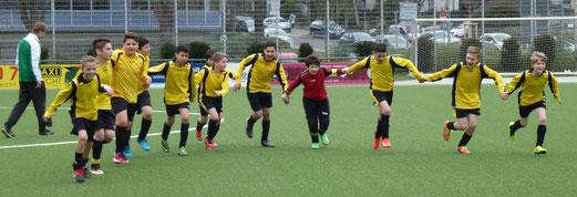 La Ola nach Spielende: D2-Jugend nach ihrem 4:1 Heimerfolg gegen Adler Frintrop 2. - (Foto:mal).