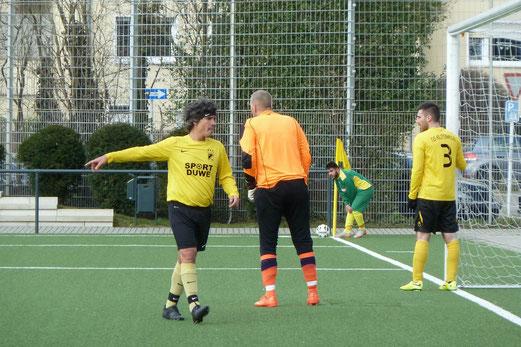TuS Vierte Mannschaft im Heimspiel gegen die Zweite des FC Karnap. - Fotos: mal.