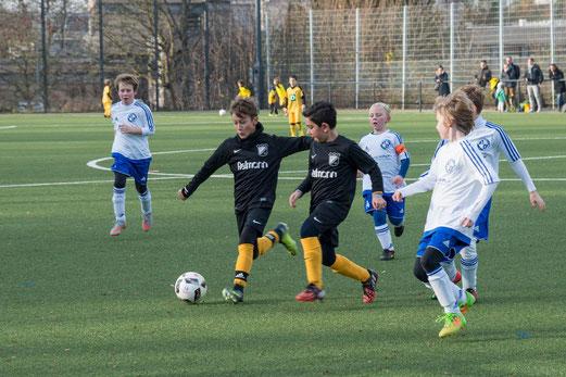TuS E1-Jugend im Spiel gegen den SV Burgaltendorf. - Fotos: r.f.