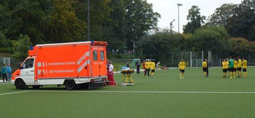 Krankenwageneinsatz im Spiel der Dritten gegen SC Frintrop 3 (Foto: mal).
