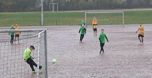 TuS E1-Jugend im Spiel bei DJK Adler Union Frintrop. - Fotos: kavo.