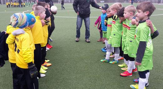 Die Bambini 1 Teams des TuS und SuS Haarzopf an der Pelmanstraße. - Foto: tisa.