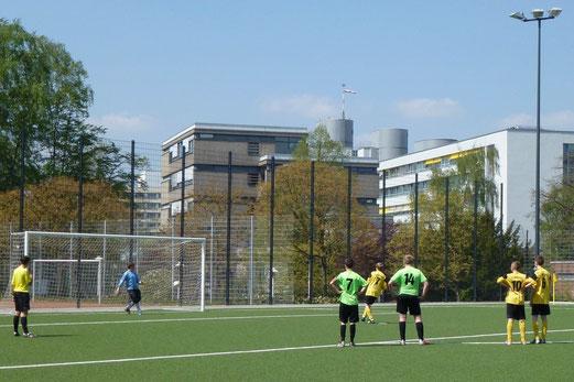 Sven Schümmelfeder erzielt per Elfmeter das 8:0 für die TuS C-Jugend gegen den SC Phönix (Foto: mal).