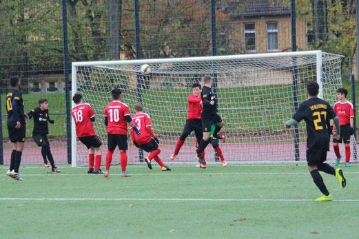 TuS A-Jugend im Spiel bei der A2 des ESC Rellinghausen 06. - Fotos: abo.