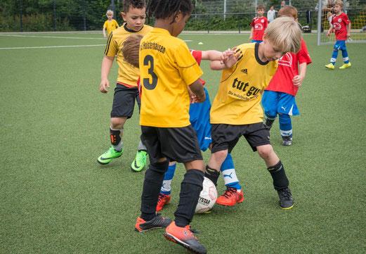 TuS Bambini 2 im Spiel gegen SG Eintracht Gelsenkirchen 2 (0:1). - Fotos: r.f.