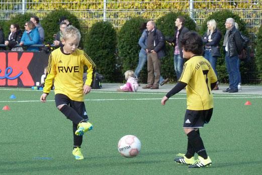 TuS F3-Jugend im Spiel gegen die F2 von Fortuna Bredeney. - Fotos: mal.