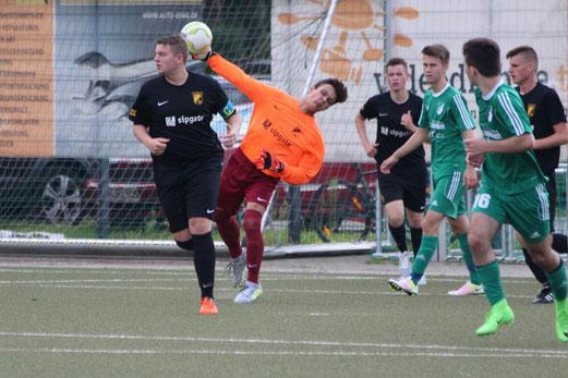 TuS A-Jugend im Spiel beim SV Raadt. - Fotos: abo.