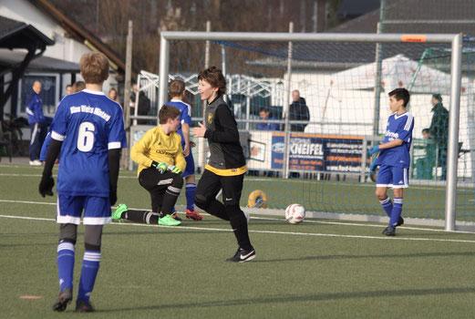 TuS D1-Jugend im Auswärtsspiel bei der D1 von Blau-Weiß Mintard. - Fotos: pad.