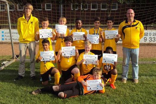 TuS E2-Jugend mit ihren Trainern und Urkunden für den dritten Platz beim Turnier in Vluyn. - (Foto: m.b.).