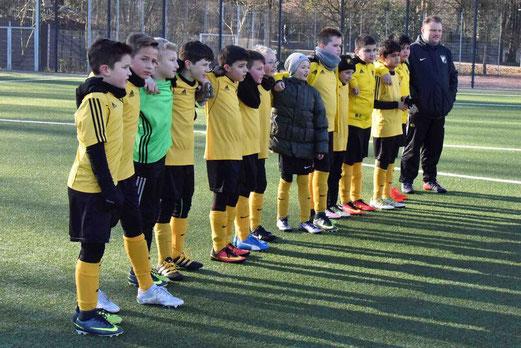TuS E1-Jugend im TuS internen Duell gegen die U13 Mädchen. - Fotos: a.s.
