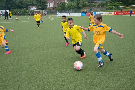 TuS F4-Jugend in den Spielen gegen ESG 99/06 F1 (0:6) und SG Neukirchen/Vluyn. - Fotos: r.f.