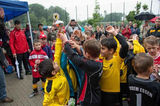 "Turniersieg der TuS F2-Jugend (""neue"" F1) - TuS Turnier Tage 2014. - (Foto: r.f.)."