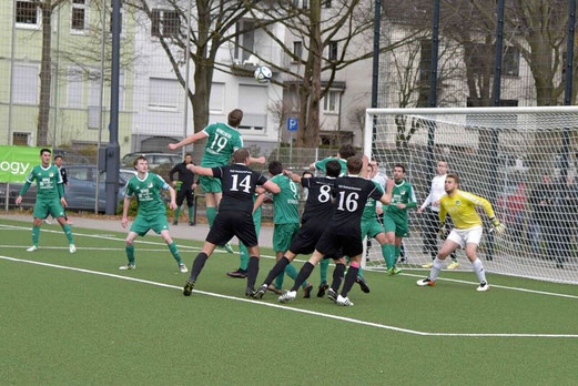 TuS Erste Mannschaft im Spiel gegen SpVgg. Schonnebeck II. - Fotos: ings.