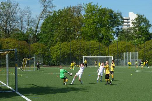 TuS E1-Jugend im Spiel gegen den TuSEM. - Fotos: mal.