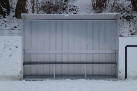 Nachgeliefert: Am Mittwoch trafen die Trainerbänke und die noch fehlenden Garagen (Foto / 19.1.: mal).