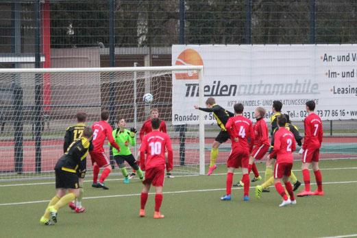 TuS A-Jugend im Spiel bei SC Werden-Heidhausen. - Fotos: abo (1, 7-8), mal (2-6).