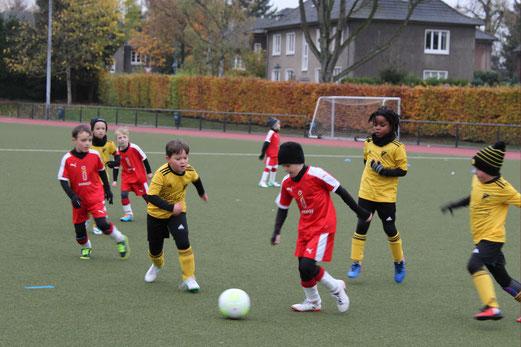 TuS F3-Jugend im Spiel bei der F3 des TuSEM. - Fotos: taki.