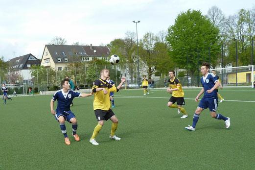TuS B1-Jugend im Meisterschaftsspiel gegen SG Altenessen. - Fotos: mal.