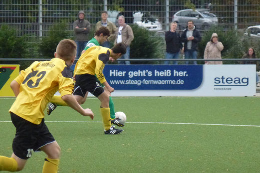 Werbebanner als Untertitel: TuS B-Jugend im Testspiel gegen den Rüttenscheider SC (Foto: mal).