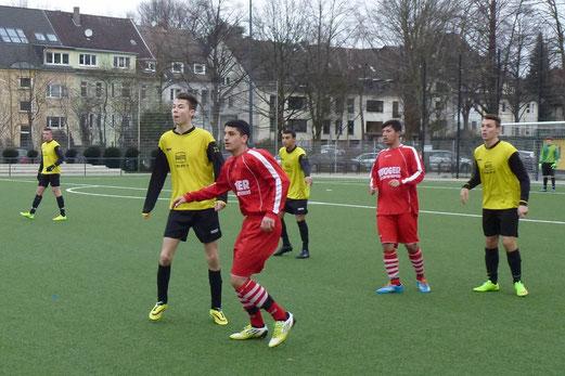 Leider reichte es nicht zu einem Punktgewinn: A-Jugend im Spiel gegen FC Karnap. - Foto: mal.