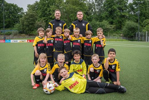 TuS F2-Jugend mit neuem Hauptsponsor. - Fotos: r.f.