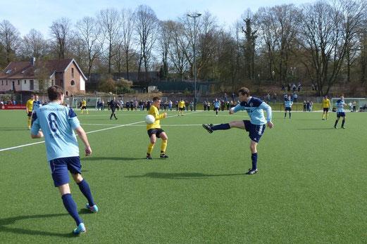 Erste Mannschaft im Spiel gegen die SpVgg. Sterkrade-Nord an der Pelmanstraße (Foto: mal).