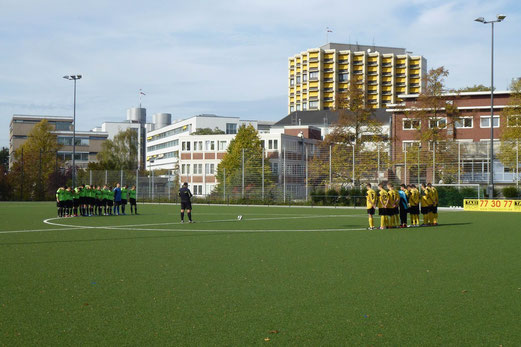 Gedenkminute vor Spielbeginn für ein verstorbenes Mitglied der Leither Jugendabteilung. - (Foto: mal).