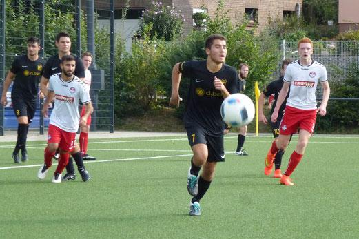 TuS 2. Mannschaft im Spiel gegen TuS Essen-West 81 II. - Fotos: mal.