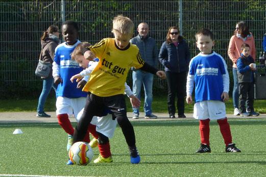 TuS Bambini 2 im Spiel gegen die G2 des SV Borbeck. - Fotos: mal.
