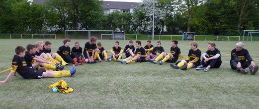 Nach Spielende: TuS C-Jugend mit ihrem Cheftrainer, der heute auch noch Geburtstag hatte (Foto: mal.).