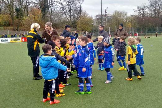 TuS F3-Jugend im Spiel gegen die F2 von Blau-Weiß Mintard. - Fotos: tisa.