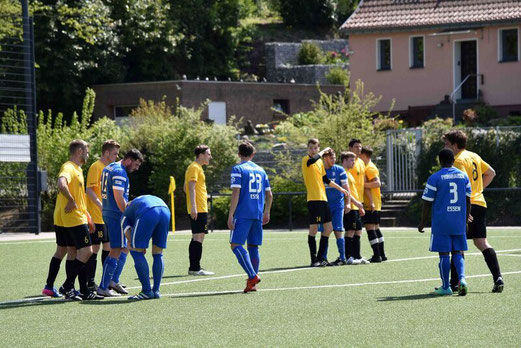 TuS Zweite Mannschaft im Spiel gegen VfB Frohnhausen II. - Fotos: a.s.