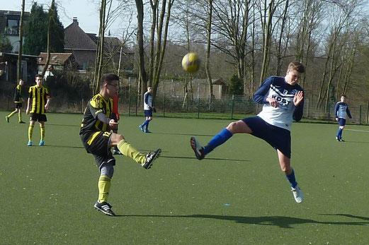 TuS A-Jugend im Auswärtsspiel beim VfB Frohnhausen. - Fotos: mal.