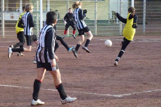"""Till Gruhs """"zieht ab"""". C1 gegen SG Schönebeck 2 (2:1). (Foto: mal)"""