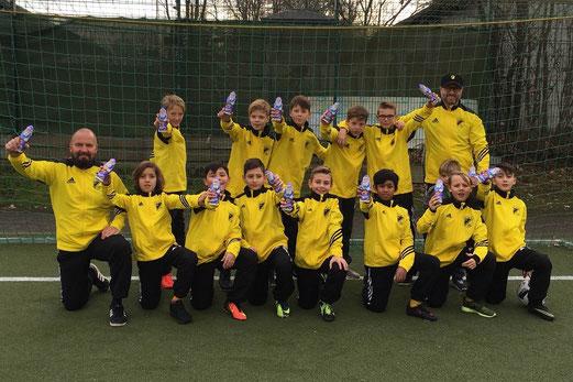 TuS D2-Jugend mit den vom Jugendvorstand verteilten Nikoläusen für jeden Spieler und Trainer. - Foto: mz.