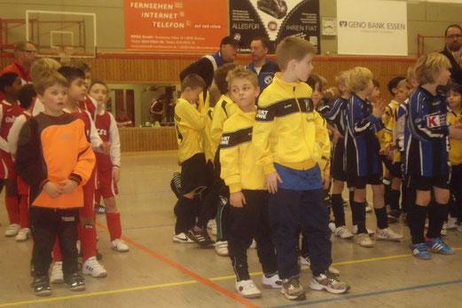 Aufstellung aller teilnehmenden Teams: F2-Jugend beim TuSEM Hallencup am Lührmannwald. (Foto: m.d.).