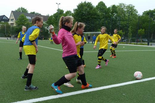 TuS U13 Juniorinnen (mit Leibchen) im Spiel gegen Sportfreunde 07. - Fotos: mal.