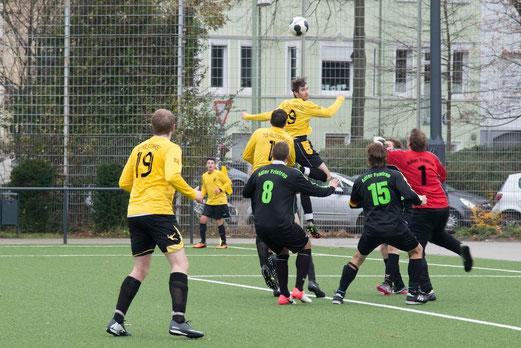 TuS 2. Mannschaft gegen Adler Frintrop 3, Pelemanstraße, 08.12.2013. - Foto: r.f.