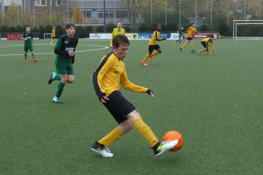 TuS C2-Jugend im Spiel gegen die außerhalb der Wertung spielende C3 des ESC Rellinghausen. - Fotos: mal.